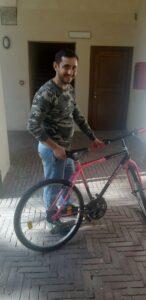 Narek in posa con la bicicletta Rollmar
